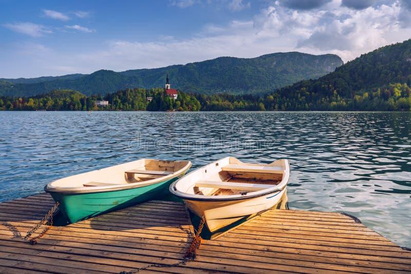 流血的湖 美丽的山流血有小Pilg的湖 免版税库存图片