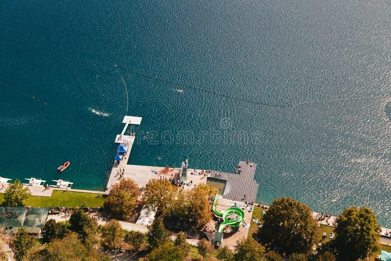 流血,斯洛文尼亚- 2018年9月,8:在壮观下在布莱德湖的位于的城堡沐浴的区域的鸟瞰图 免版税库存图片