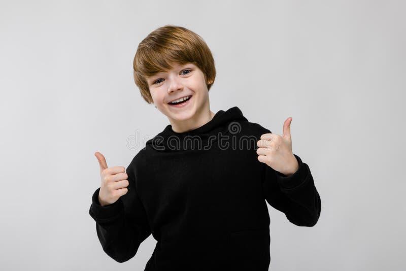 流行的服装的十几岁的男孩 免版税库存照片