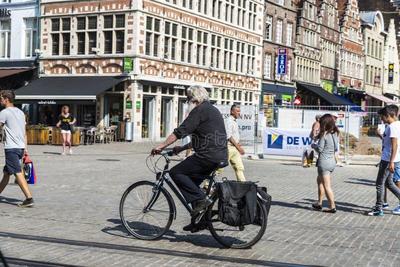 流通在跟特,比利时的自行车的老人 库存照片