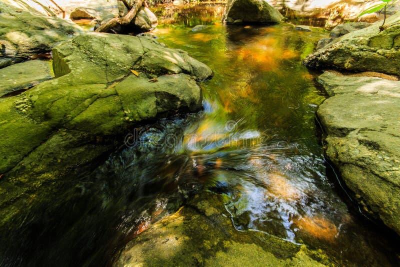 水流量到玻璃里 免版税图库摄影