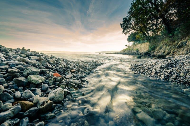 流经石头的水 免版税库存图片