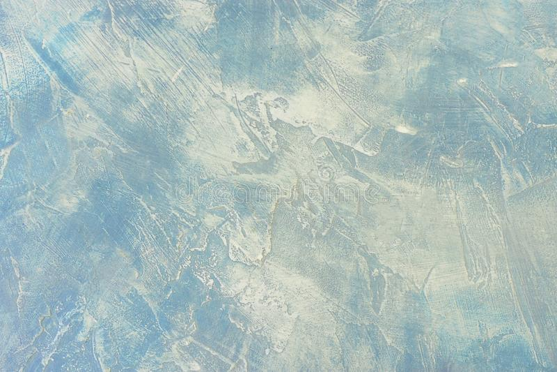 浅兰和浪端的白色泡沫颜色破坏了背景 参差不齐的具体石纹理 库存图片