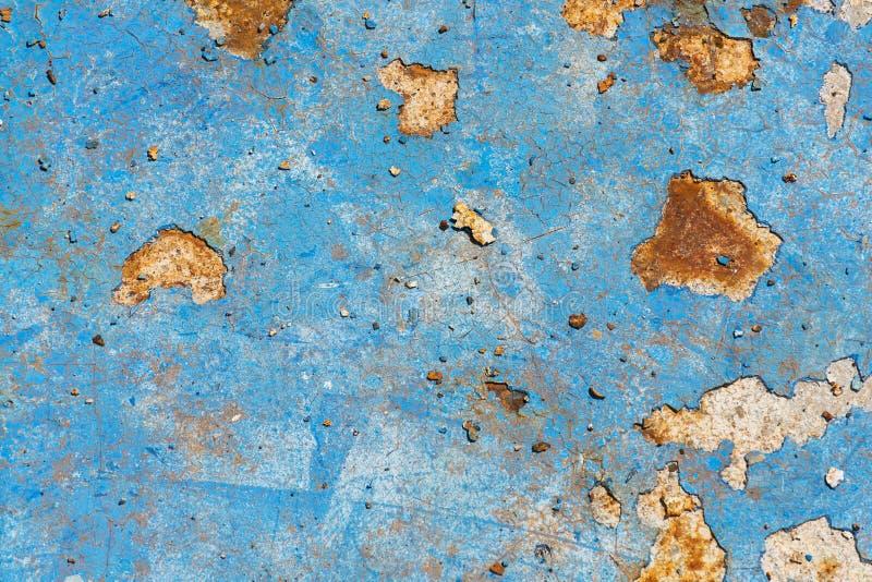 浅兰的生锈的葡萄酒油漆背景,在老水池底部,褐色,黄色,朽烂纹理,秋天的颜色 图库摄影