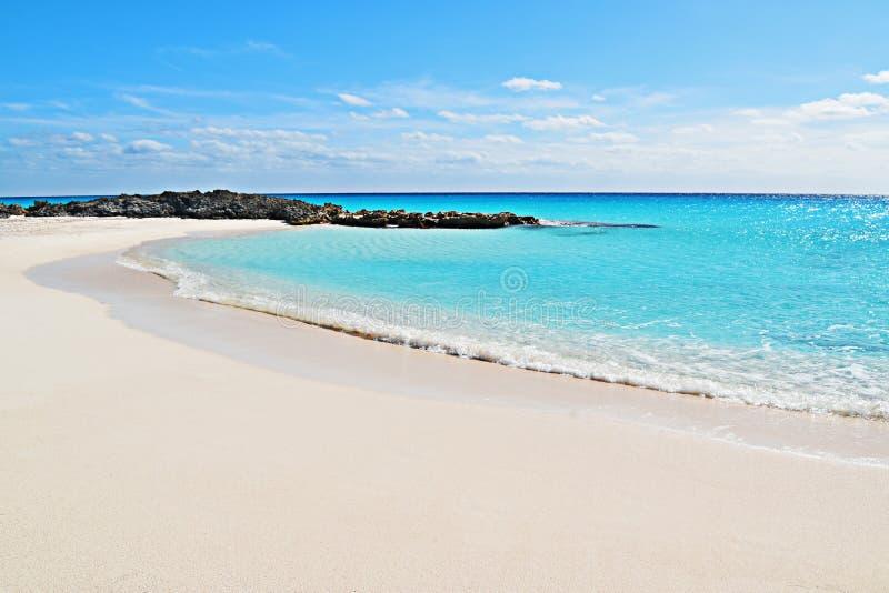 浅兰的cristal水海滩 免版税库存照片