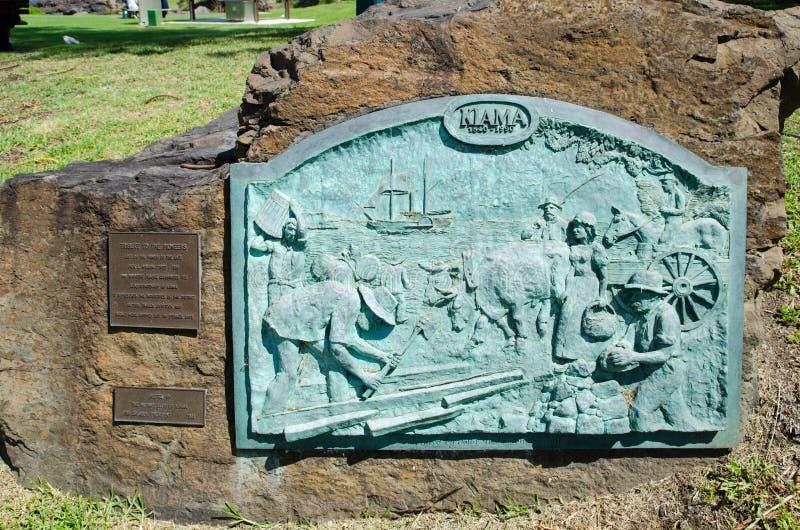 浅浮雕石表面上的艺术品显示旧时人民故事在Kiama年居住1840-1990 免版税库存照片