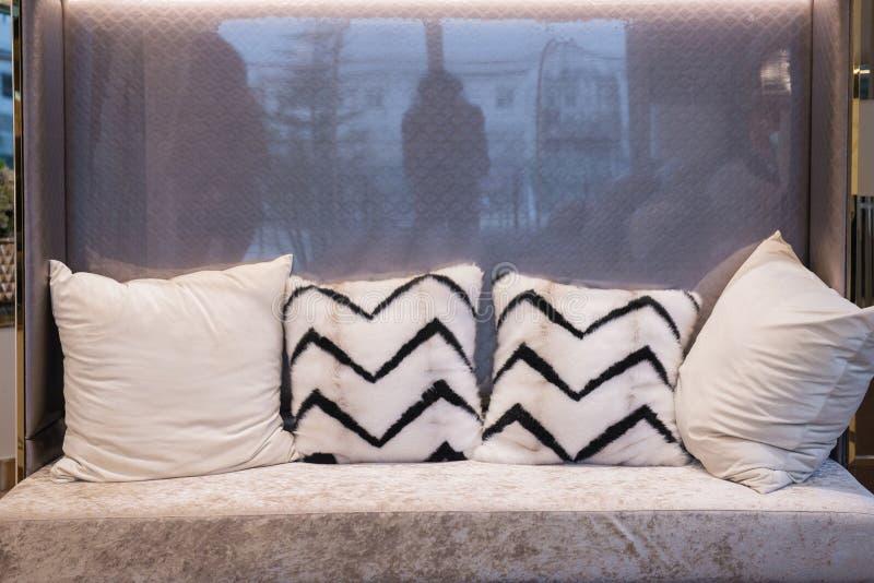浅灰色的沙发设置与干净的枕头 免版税库存图片