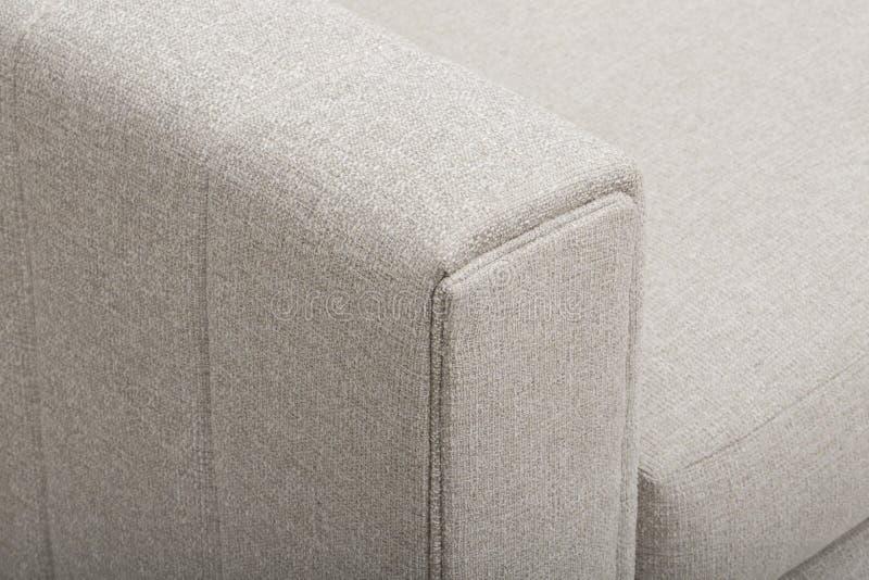 浅粉红色的沙发/沙发床,克里斯汀浅灰色的Loveseat,白色和桃红色枕头有白色背景 免版税库存图片