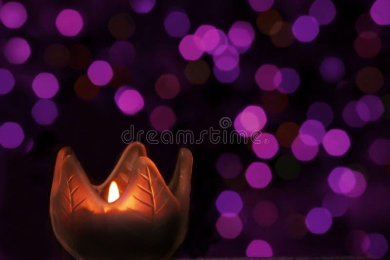 浅紫色bokeh的蜡烛 免版税库存照片