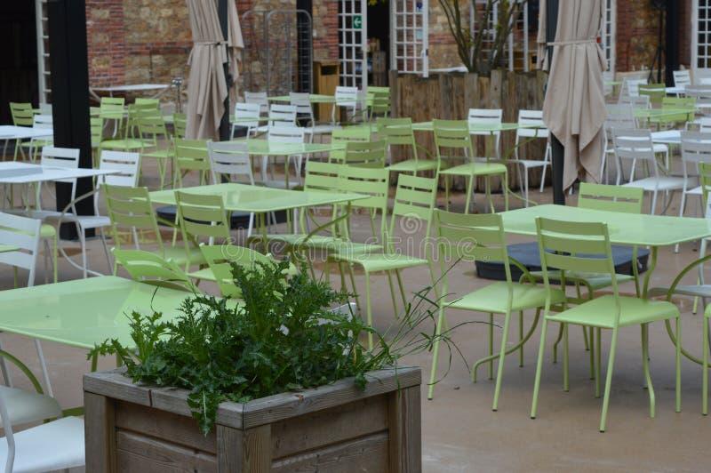 浅绿色的书桌和椅子在餐馆 库存图片