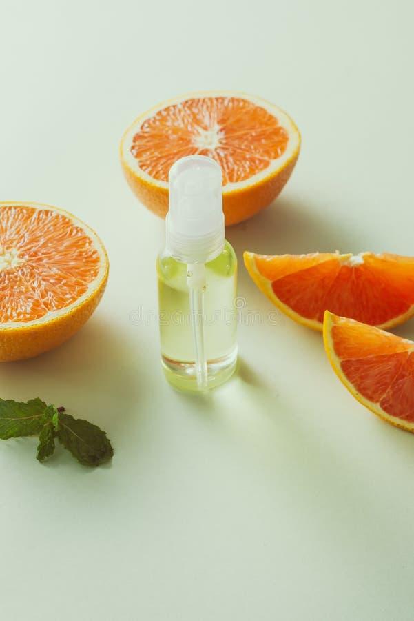 浅背景中的桌上橘油 图库摄影