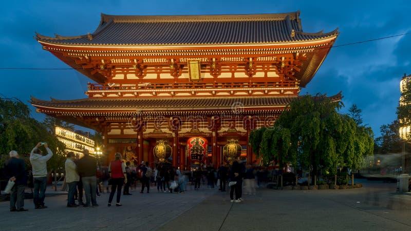 浅草,东京,日本美丽的Senso籍寺庙,照亮由蓝色小时光 库存图片
