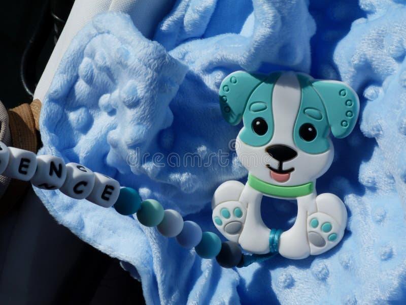 浅蓝色羊毛材料和婴孩玩具在明媚的阳光下 库存照片