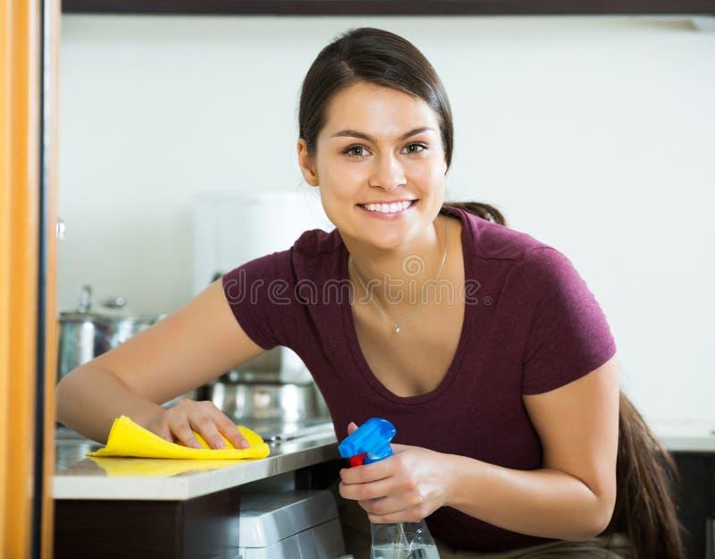 浅黑肤色的男人画象在厨房里 库存图片