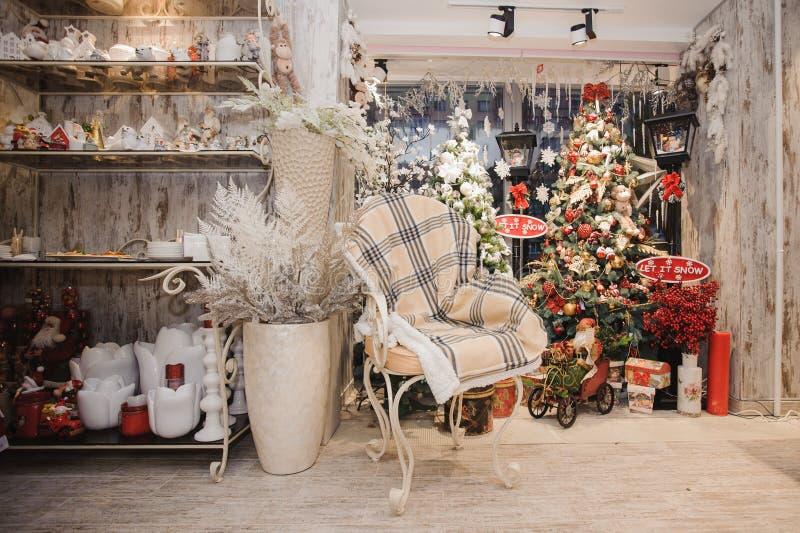浆果装饰霍莉家留给槲寄生多雪的结构树白色冬天 圣诞节土气内部 免版税库存图片