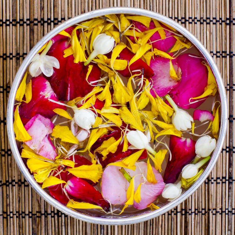 浇灌与茉莉花和玫瑰花冠在碗 免版税库存照片