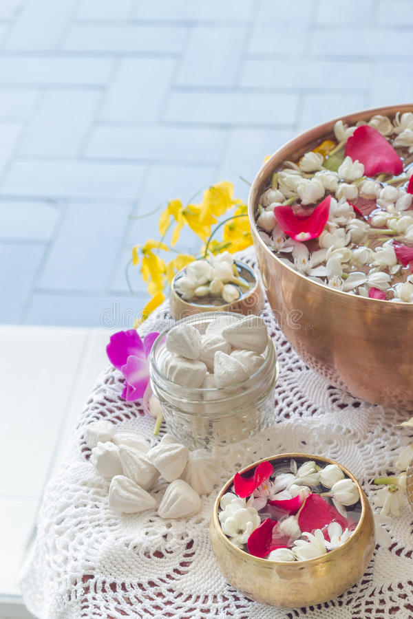 浇灌在与香水和花混合的碗 图库摄影