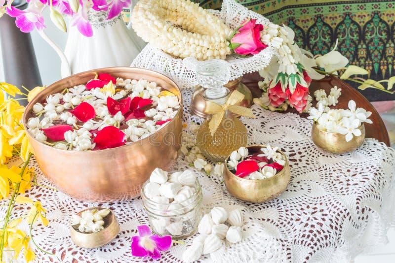 浇灌在与香水和花混合的碗 库存照片