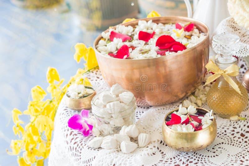 浇灌在与香水和花混合的碗 免版税库存图片