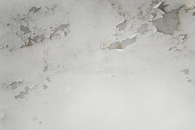 浇灌在导致损伤、瓦片和水泥的天花板的泄漏 免版税库存照片