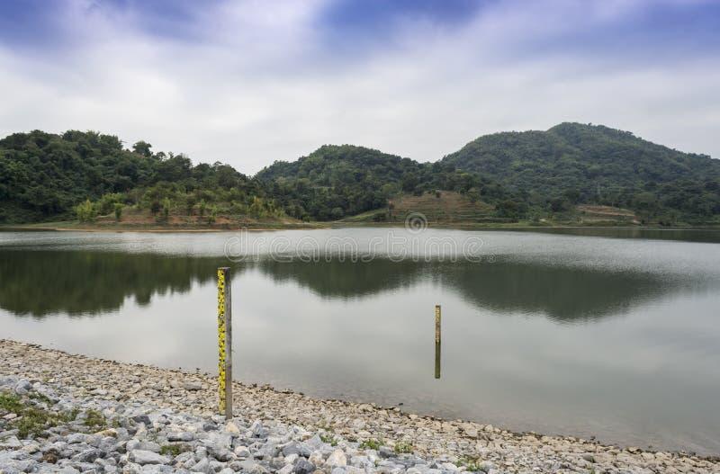 浇灌在有山的水坝在蓝天 库存图片