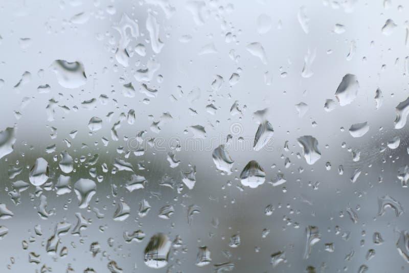 浇灌在玻璃窗和雨结露多雨风暴季节的下落 库存图片