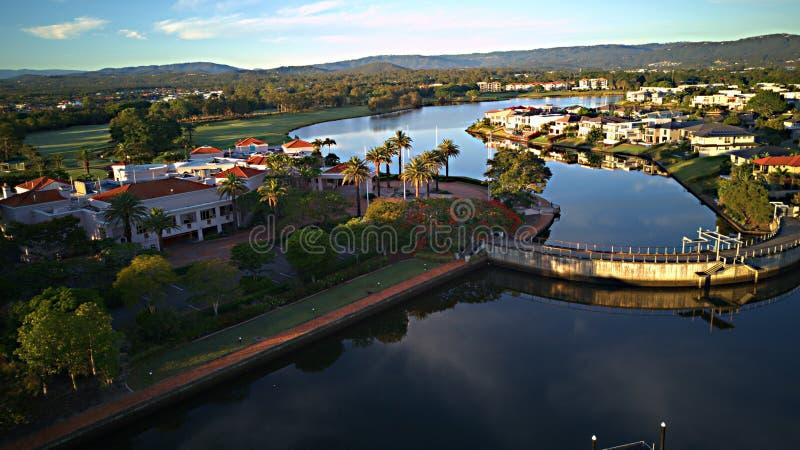 浇灌在英属黄金海岸希望海岛高尔夫球场的水坝并且浇灌前面庄园 库存图片