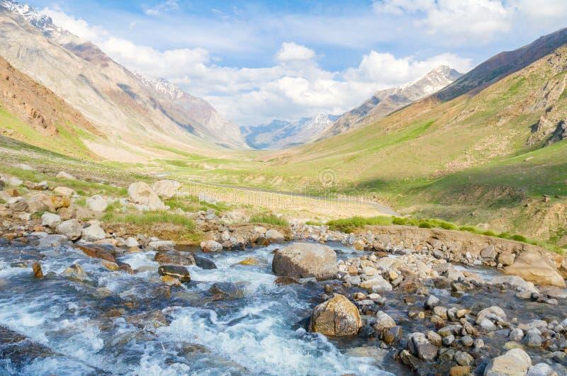 浇灌小河小河岩石草甸山峰风景 图库摄影