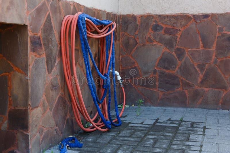 浇灌的庭院系统 水管和喷雾器灌溉的 库存图片