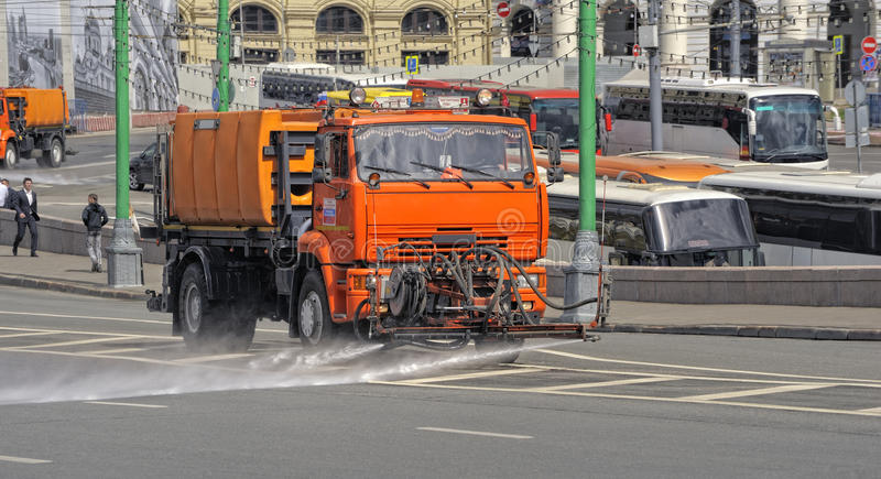 浇灌的机器橙色刷色莫斯科街道  图库摄影