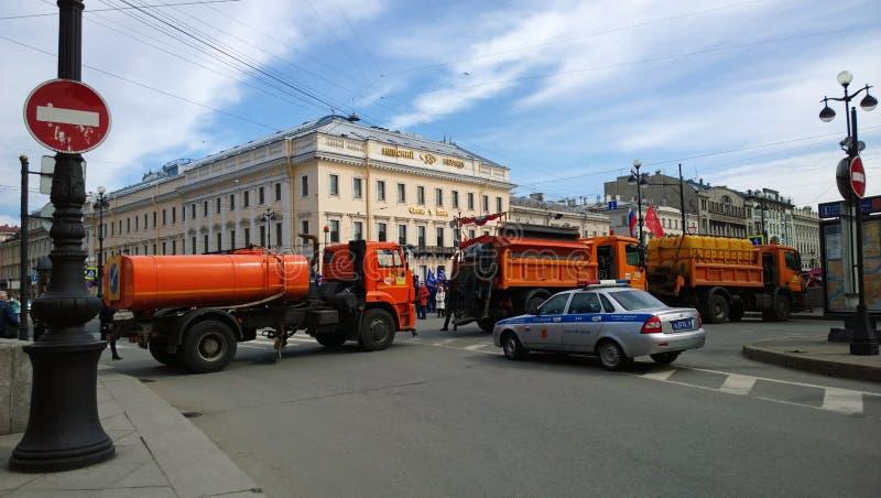浇灌的机器阻拦了路近给涅夫斯基Prospekt在彼得斯堡在示范时 免版税库存照片