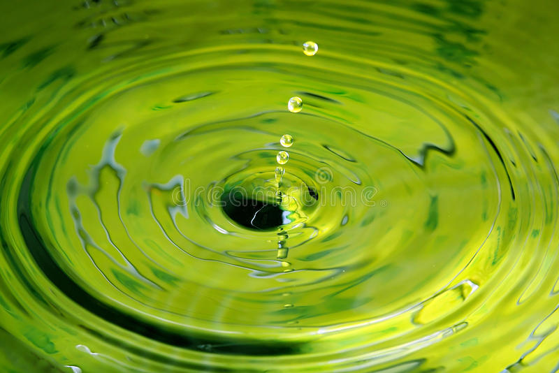 浇灌象跌倒对池塘的珍珠的下落抽象 免版税图库摄影