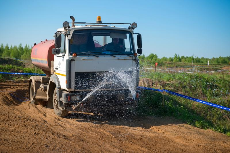 浇灌轨道的浇灌的机器 免版税图库摄影