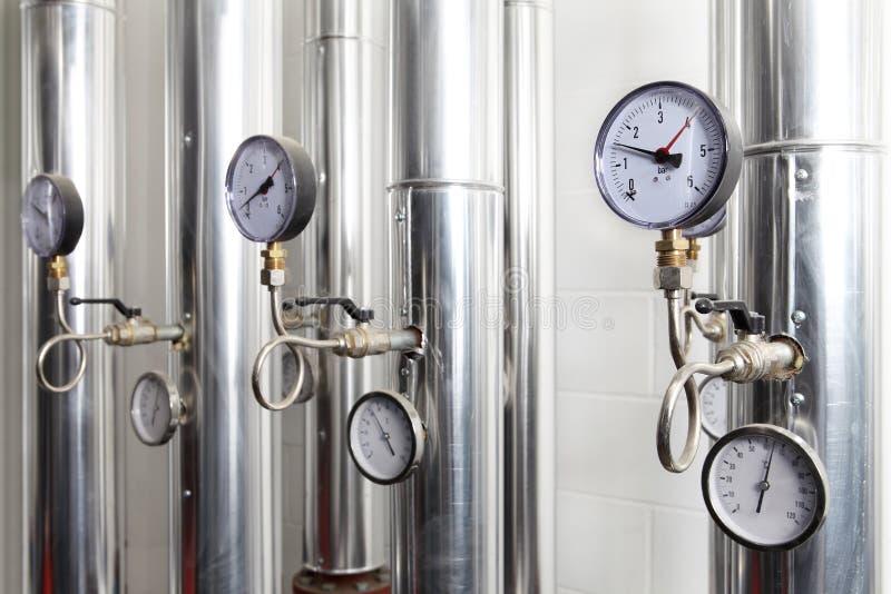 测压器、管子和加热系统龙头阀门在锅炉的 库存图片
