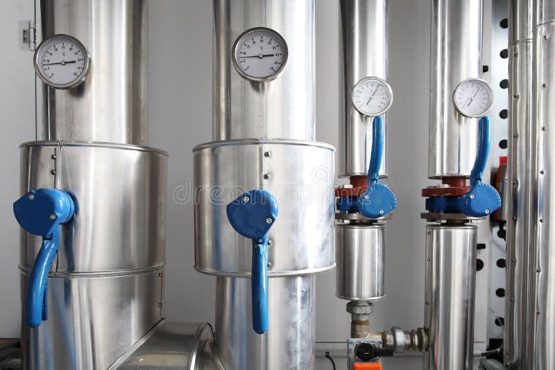 测压器、管子和加热系统龙头阀门在锅炉的 免版税图库摄影