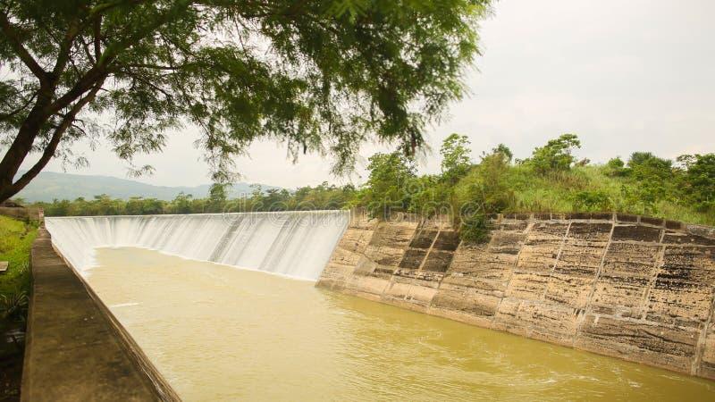 测流堰的细节通过淹没了测流堰-河与天空水表面上的云彩反射 菲律宾 保和省 免版税库存图片