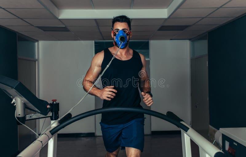 测试他的表现的赛跑者在体育科学实验室 免版税库存图片