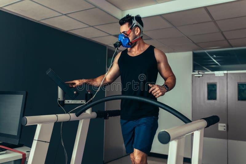 测试他的表现的运动员在体育科学实验室 图库摄影