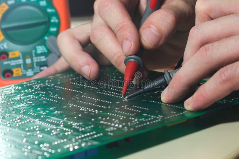 测试对短路的pcb板有多用电表的 图库摄影