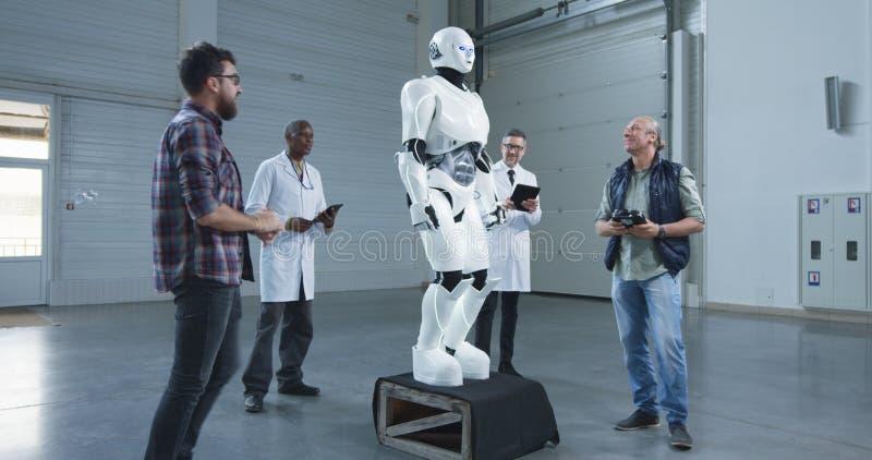 测试机器人运动的科学家 免版税库存照片