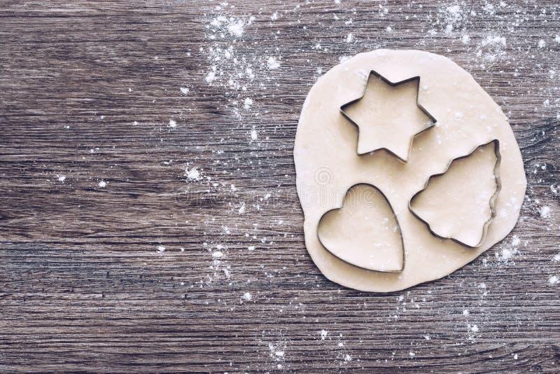 测试的形式 以心脏和星的形式树的曲奇饼切削刀  顶视图 库存照片
