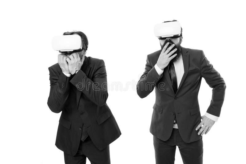 测试的新技术 在敏捷事务的现代技术 商人戴VR眼镜 有胡子的成熟人 库存图片