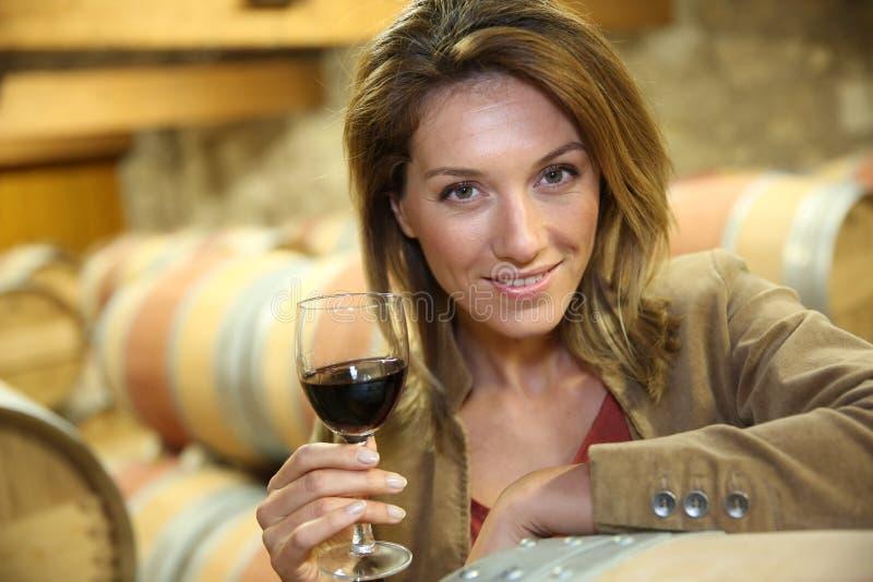 测试红葡萄酒的妇女 库存照片