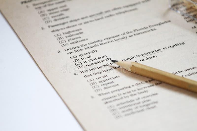 测试 英国测试选择正确答案 英语语法试验用纸样 学生的多项选择考试检查在学校,学院 图库摄影