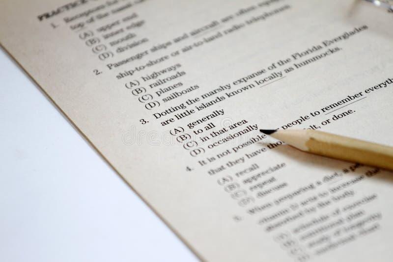 测试 英国测试选择正确答案 英语语法试验用纸样 学生的多项选择考试检查在学校,学院 免版税库存照片