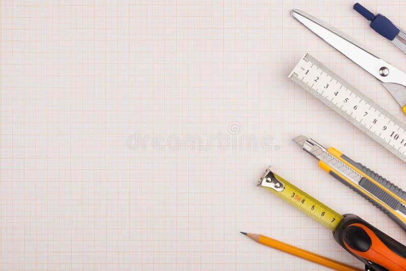 测量仪器和剪刀 免版税库存图片