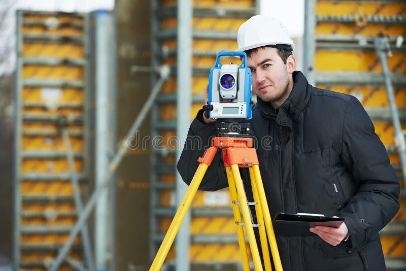 测量员与经纬仪一起使用 库存照片