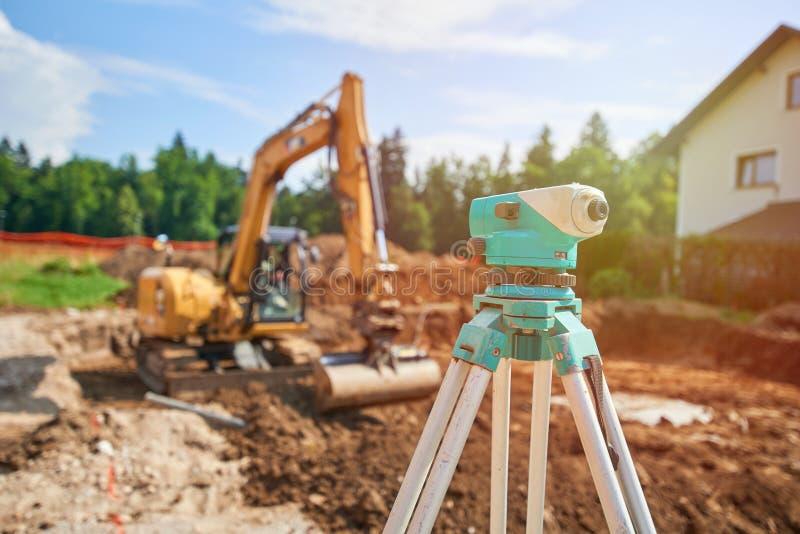 测量员户外设备经纬仪在建造场所 库存图片