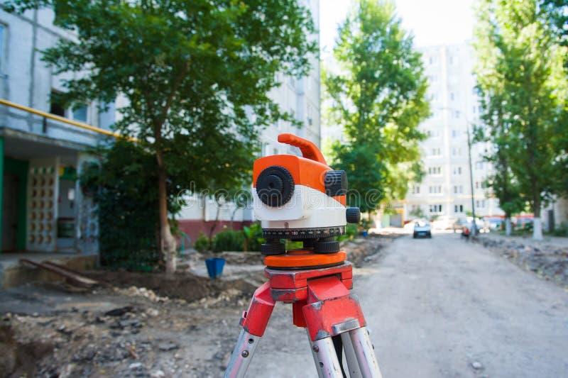 测量员户外设备tacheometer或经纬仪在建造场所 免版税库存照片