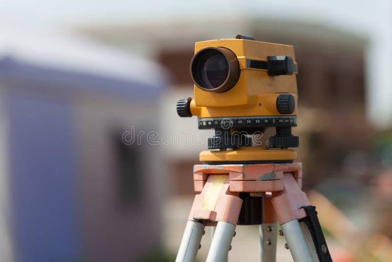 测量员户外设备tacheometer或经纬仪在constru 免版税库存照片